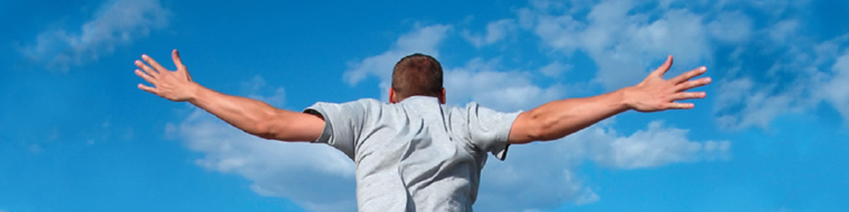 Mann springt am Meer in die Luft