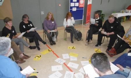 Teilnehmende des Stiftungstages tauschen ihre Erfahrungen und Wünsche aus