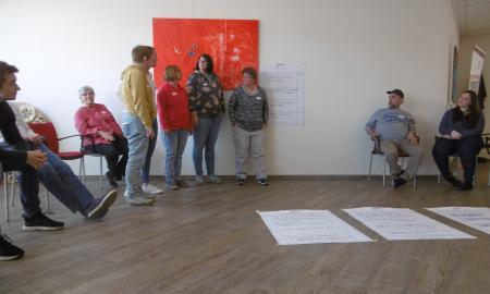 """Die Teilnehmenden des Fachtages """"Wir bestimmen mit"""" präsentieren  ihre Wünsche für mehr Mitbestimmung in den Wohneinrichtungen"""