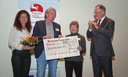 Scheckübergabe durch Ministerpräsident Stephan Weil an Susanne Schmitt und Wilfried Büscher aus der Heimstatt Röderhof.
