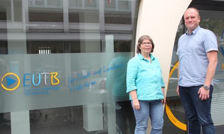 Sabine Jensen und Christian Janzen vor der EUTB-Beratungsstelle in Hildesheim . F