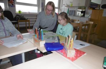 Anouk Grotjan bei ihrer Arbeit als Freiwilligendienstlerin in der St.-Franziskus-Schule, Röderhof