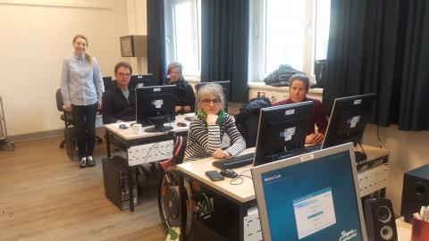 Mitarbeitende aus der Heimstatt Röderhof und Caritas-Wohnen,  Hildesheim bei der PC-Grundlagenschulung in der VHS Hildesheim.